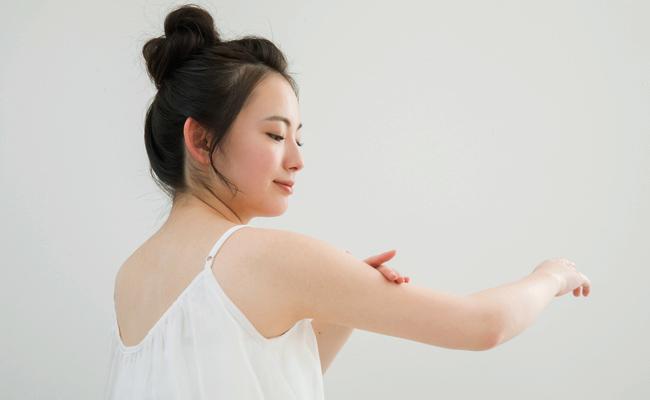 肌を脱色する女性