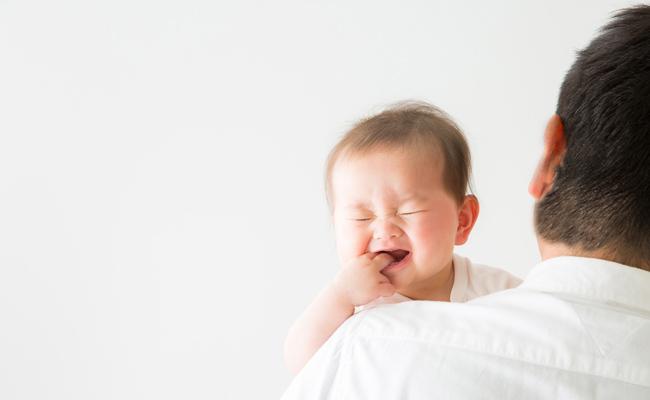 毛深いお父さんに抱っこされる赤ちゃん